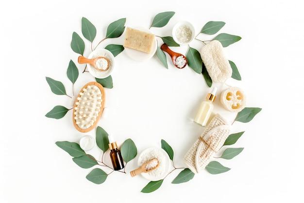 Concetto di spa con olio di eucalipto ed estratto di foglie di eucalipto cosmetici naturali spa. lay piatto