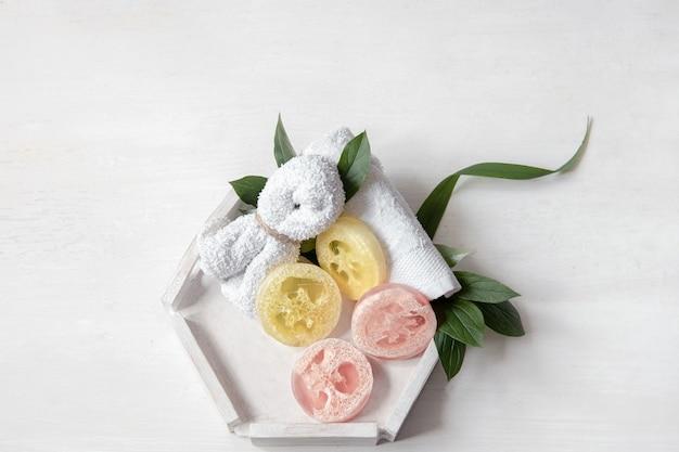Composizione piatta spa con accessori da bagno per l'igiene personale e la cura del corpo.