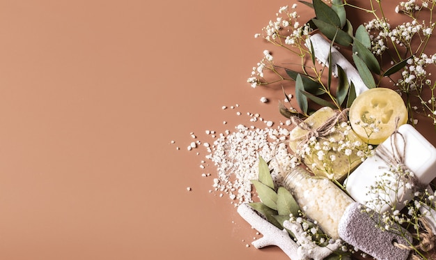 Cornice spa o piano sanitario con asciugamani, sapone, foglie, fiori, bombe da bagno