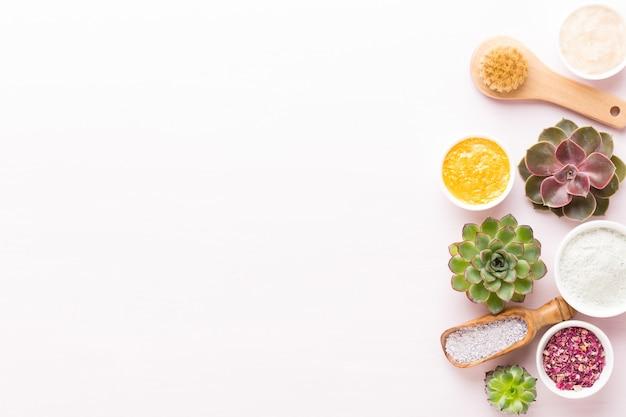 Cosmetici fatti in casa spa, sfondo con uno spazio per un testo. cartolina d'auguri di benessere termale. tema aromaterapia, bio cosmetico fatto a mano. disposizione piatta.