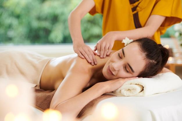 Massaggio termale nel salone spa