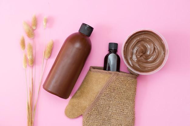 Procedure termali. impacco per il corpo al cioccolato. cosmetici biologici e naturali. sfondo rosa