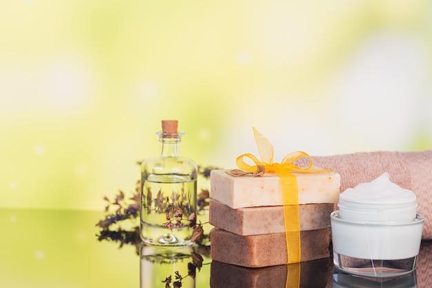 Prodotti termali per la cura del viso e del corpo. sale marino naturale, sapone fatto in casa, olio da massaggio e asciugamani colorati. spa e concetto di cura del corpo.