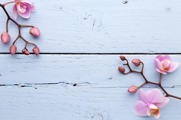 Scena della stazione termale su fondo di legno con orchidee.
