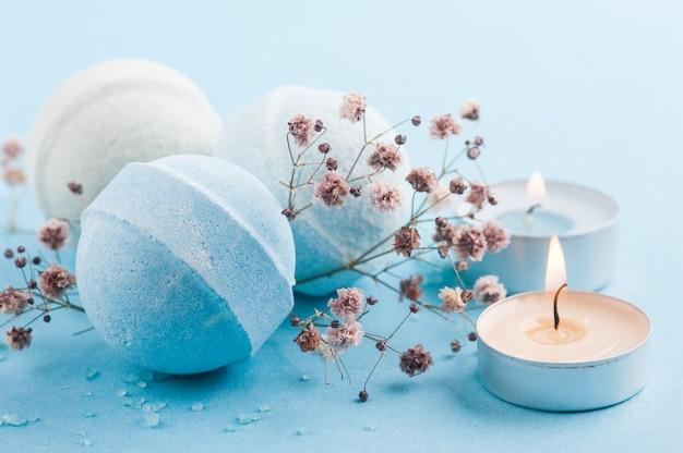 Spa set di bombe da bagno blu e candele accese