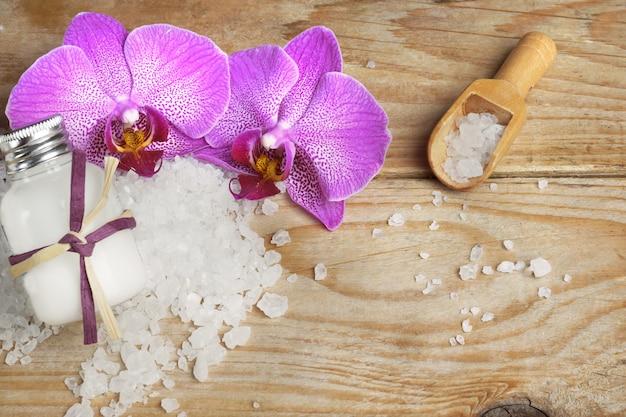 Set spa con crema per il corpo e sali da bagno bianchi, fiori di orchidea luminosi