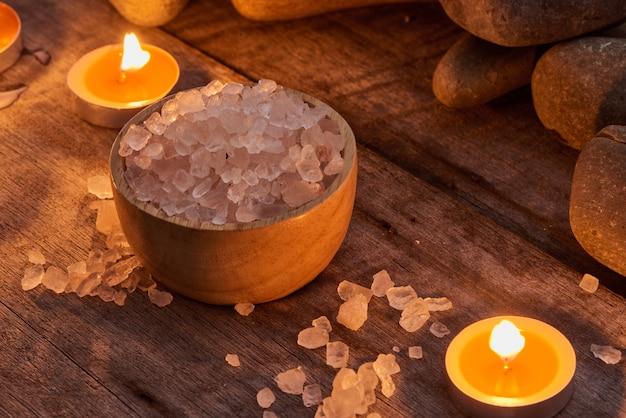 Ambiente termale e articoli sanitari su fondo di legno scuro. spazio per il testo