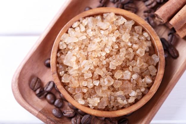 Ambiente spa con candela aromatica, sale da bagno al caffè, morbidi asciugamani in cotone e olio essenziale per massaggi