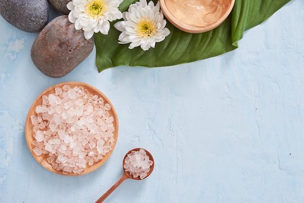 Ambiente termale con fiore bianco, olio su foglia di palma