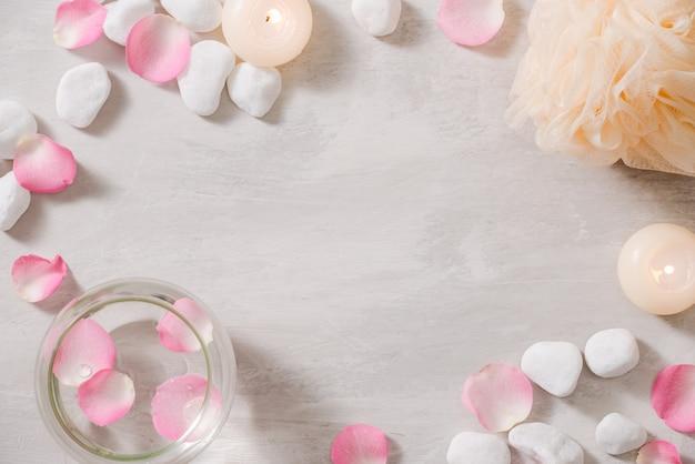 Impostazioni spa con rose tema spa con candele e fiori sul tavolo