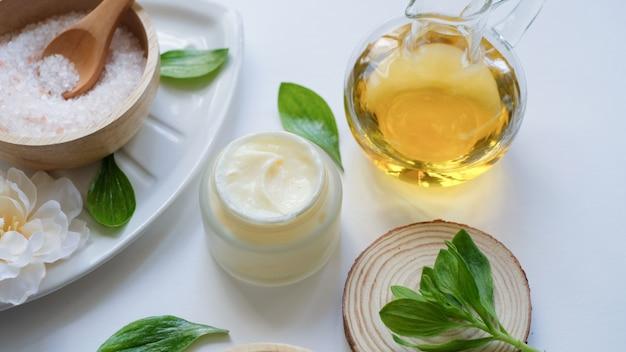 Spa e prodotti per la cura della pelle con ingredienti naturali di lusso. sale rosa dell'himalaya e olio essenziale di massaggio naturale.