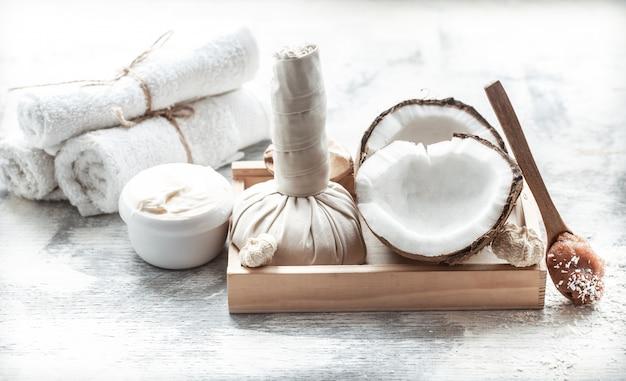 Spa natura morta con cocco fresco e prodotti per la cura del corpo