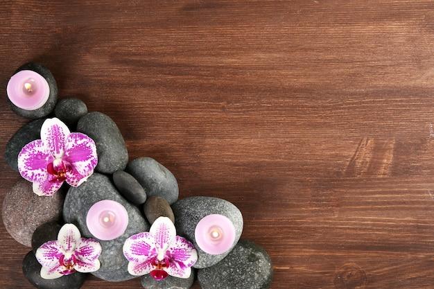 Pietre ed orchidee della stazione termale su legno