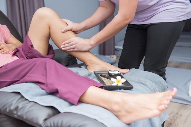 Spa e massaggio tailandese ai piedi, belle donne rilassanti e salutari dell'aromaterapia