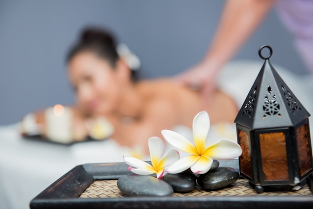 Spa e massaggio tailandese, belle donne rilassanti e salutari dell'aromaterapia