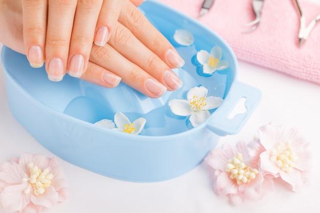 Trattamento termale e prodotto per spa mano femminile. focalizzazione morbida
