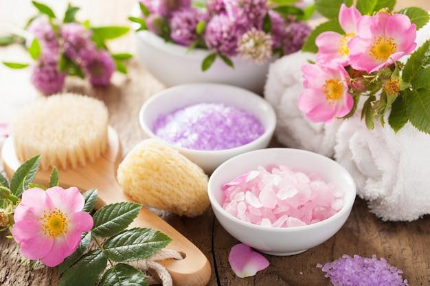 Spa con sale alle erbe rosa e trifoglio di fiori di rosa selvatica