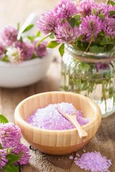 Spa con sale alle erbe viola e fiori di trifoglio