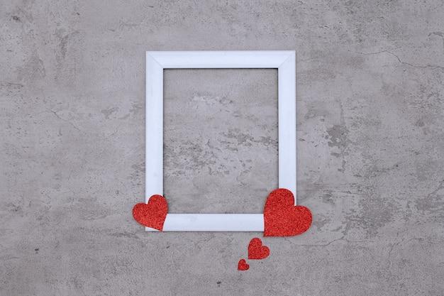 Spazio al centro della cornice bianca con carta a forma di cuore, mock up