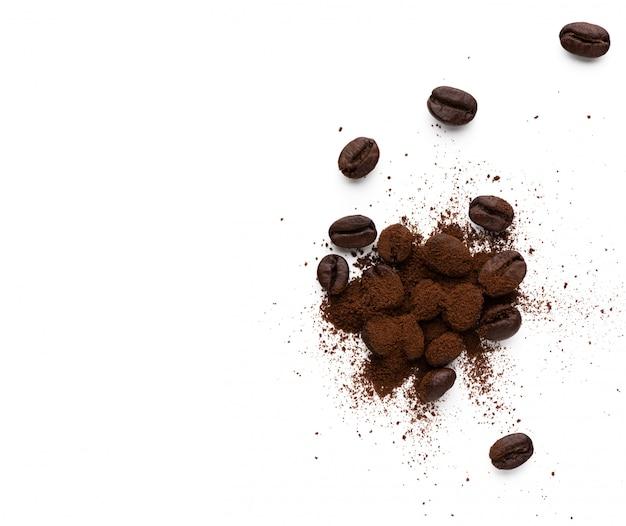 Spazio in polvere di caffè con chicco di caffè su sfondo bianco