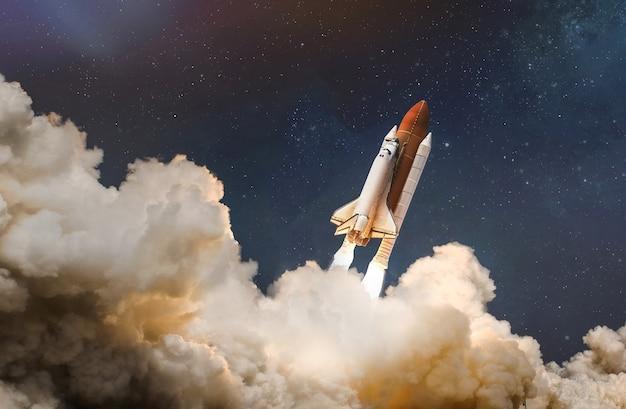 Lancio della navetta spaziale tra le nuvole verso lo spazio esterno elementi di questa immagine fornita dalla nasa