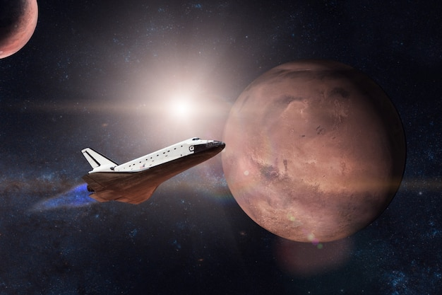 Navetta spaziale in decollo per una missione sullo sfondo del pianeta marte