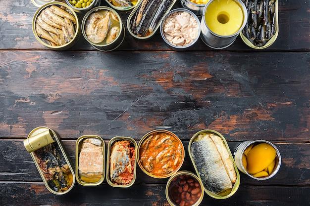Spazio per il testo tra due righe di verdure, carne, pesce e frutta in scatola
