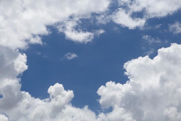 Spazio con meraviglioso cielo blu e nuvole.