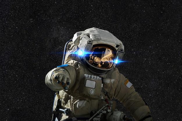 Spaceman nello spazio sullo sfondo delle stelle