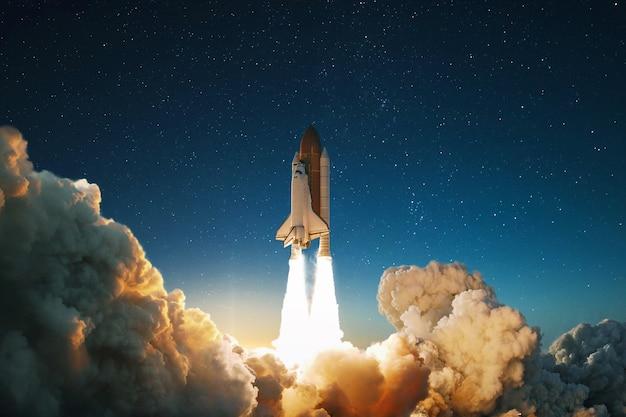 L'astronave decolla nel cielo