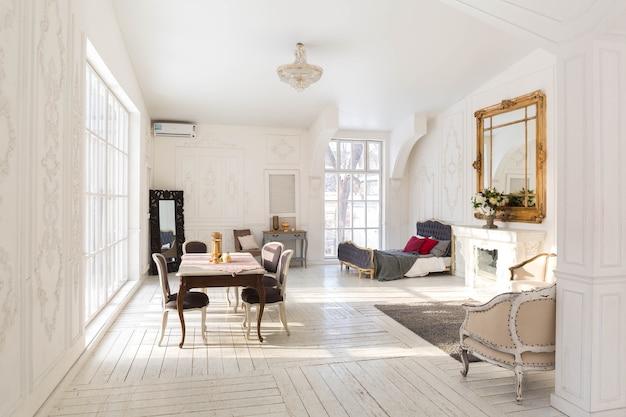 Ampio soggiorno luminoso con un design classico ed elegante con decorazioni antiche e bei mobili chic in stile antico