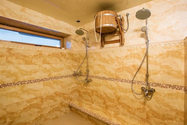 Interni spaziosi del bagno vuoto con piastrelle di marmo
