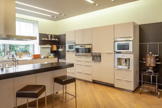 Ampia cucina con bancone bar elettrodomestici moderni e vecchio samovar