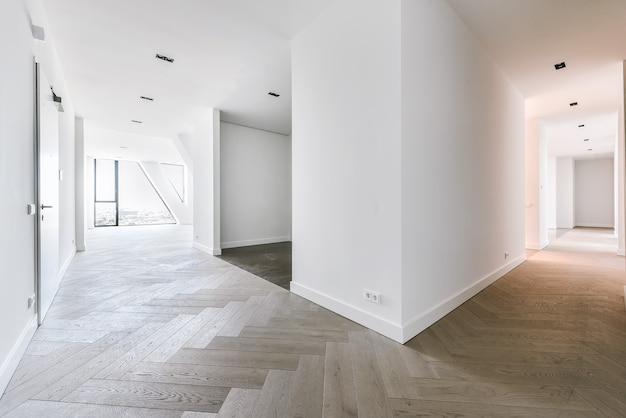 Spazioso monolocale con pavimento in parquet e finestre panoramiche con vista sulla città in appartamento attico