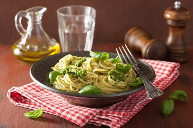 Spaghett pastai al pesto su tavola rustica
