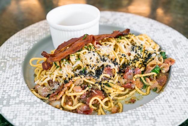 Spaghetti aglio e olio con pancetta - spaghetti saltati in padella con aglio, olio d'oliva, prezzemolo, parmigiano-reggiano condito e pancetta