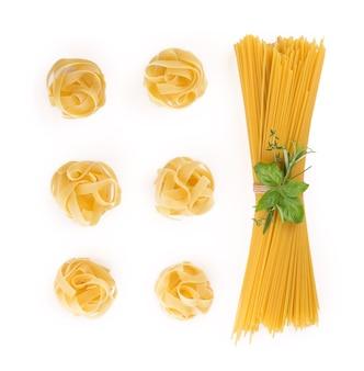 Spaghetti e basilico isolati su priorità bassa bianca. con tracciato di ritaglio.