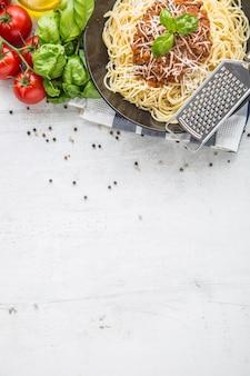 Spaghetti alla bolognese. pasta spaghetti alla bolognese con basilico e decorazione al ristorante oa casa.