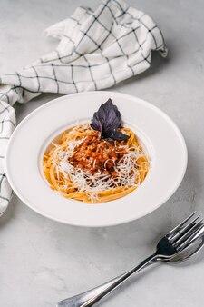 Spaghetti alla bolognese con carne vegana