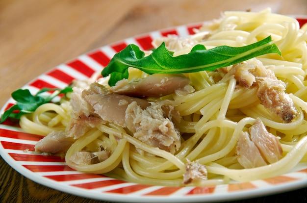 Spaghetti con baccala - pasta italiana con baccalà