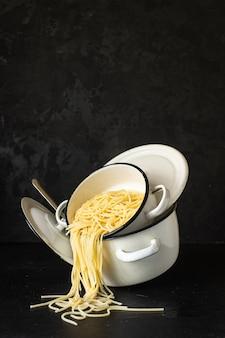 Spaghetti cotti in casseruola di grano duro piatto italiano biologico, piatto sano in tavola