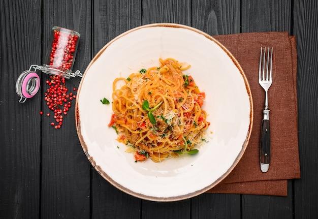 Cena di spaghetti con ragù e basilico da vicino