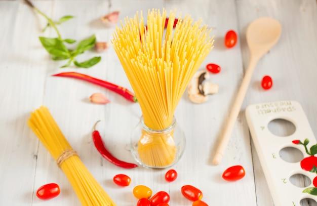 Spaghetti e ingredienti sul tavolo