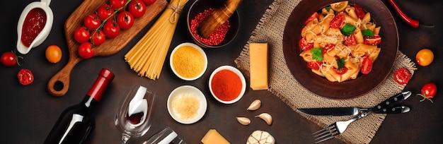 Spaghetti con polpette, salsa di pomodorini e formaggio su fondo arrugginito, vista dall'alto.
