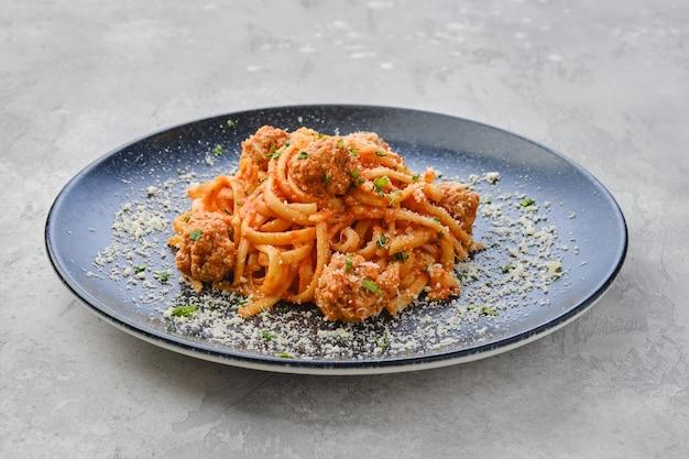 Spaghetti con polpette e formaggio grattugiato