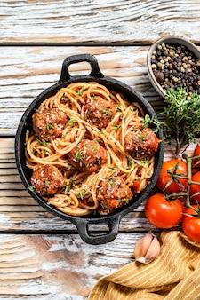 Spaghetti con polpette di carne e salsa di pomodoro