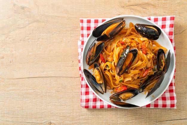 Spaghetti con cozze o vongole e salsa di pomodoro - italian food style