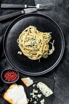 Pasta per spaghetti con salsa di gorgonzola e noci