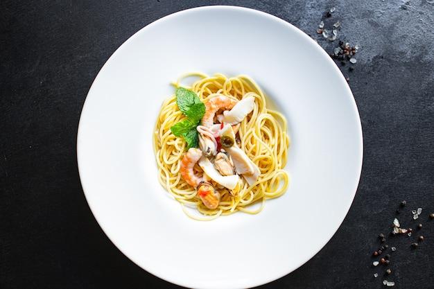 Spaghetti frutti di mare pasta gamberi, cozze, calamari e altro secondo piatto