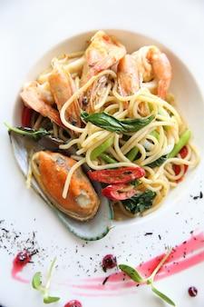 Spaghetti ai frutti di mare con piccante